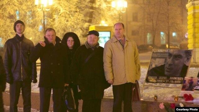 Представители Центра поддержки гражданских инициатив у мемориала Немцова в Нижнем Новгороде