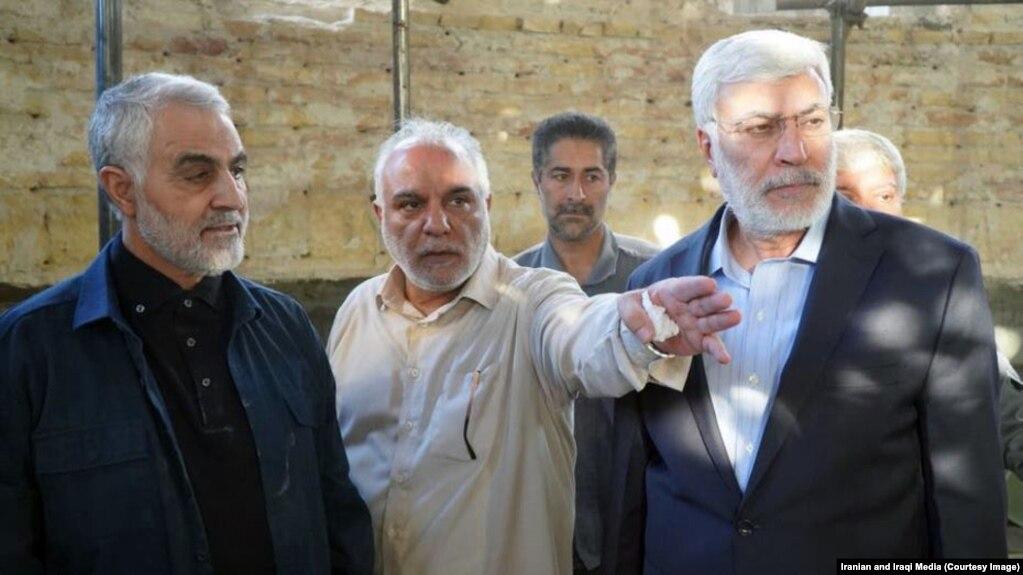 قاسم سلیمانی (چپ) در کنار حسن پُلارَک، از مدیران مورد اعتمادش در عراق و ابومهدی مهندس، از فرماندهان شبهنظامیان عراقی مورد حمایت ایران