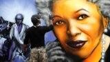 یک هنرمند نقاش در حال ترسیم تصویری از تونی موریسون برنده جایزه نوبل بر دیواری در پاریس