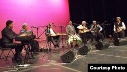 قارئ المقام حامد السعدي (في الوسط) وفرقة الجالغي البغدادي
