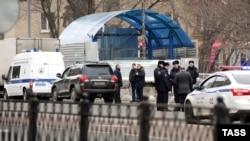 Полицейское оцепление у выхода из метро «Октябрьское Поле».