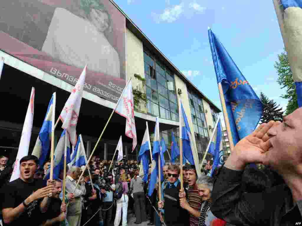 Грузинская оппозиция разблокировала автотрассу у здания Общественного телевидения в Тбилиси