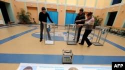 კიევში საარჩევნო კომისიის წევრები საარჩევნო ურნებს ამზადებენ