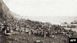 Фотография из архива музея в Армении, в описании к которой говорится, что на фото - бежавшие от преследования армяне, ожидающие эвакуации, возможно, в Египет.