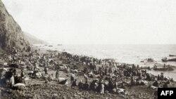 Armeni pe plajă (posibil în Antiohia), aşteptând să fie evacuaţi din Turcia în Egipt, septembrie 1915. (Imagine din Muzeul Primului Război Mondial, Péronne, Franţa)