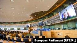 Еврокомисарят за общия пазар Тиери Бретон говори по видеоконферектна връзка с членовете на комисията по транспорт и туризъм в Европейския парламент