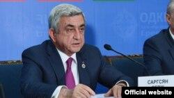 Армения -- Президент Армении Серж Саргсян (слева) на брифинге по итогам саммита ОДКБ в Ереване, 14 октября 2016 г.