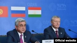 Армения -- Президент Армении Серж Саргсян (слева) и генеральный секретарь ОДКБ Николай Бордюжа на брифинге по итогам саммита ОДКБ в Ереване, 14 октября 2016 г.