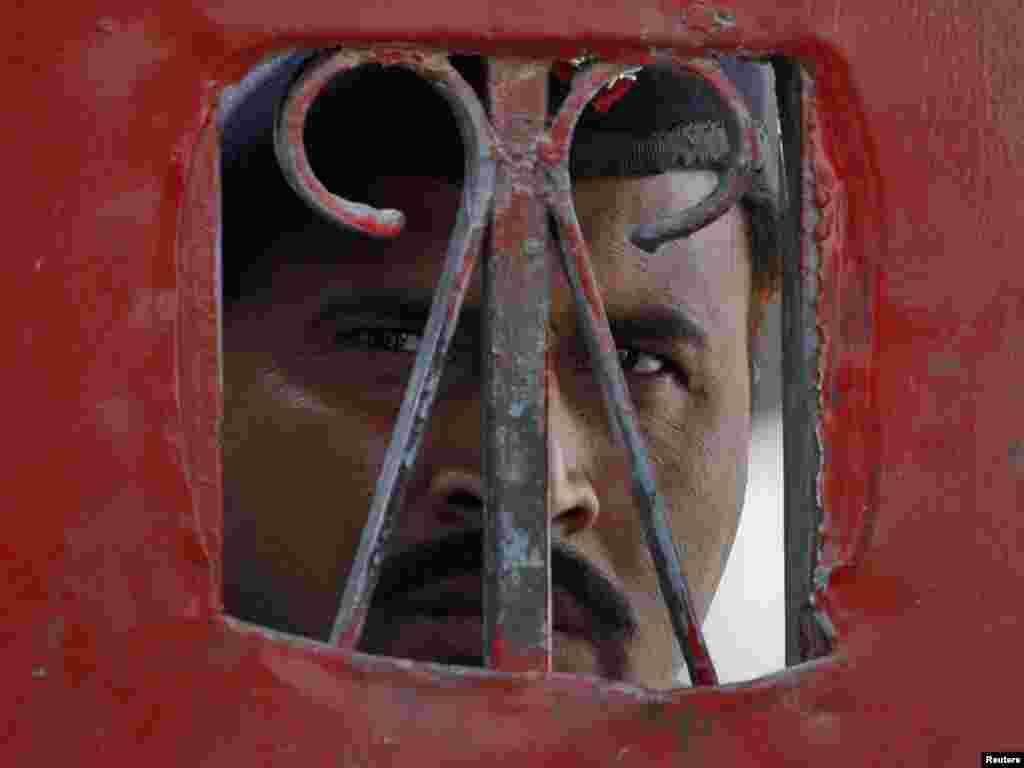 Stražar zatvora u Sargodha, Pakistan - Foto: Faisal Mahmood / Reuters