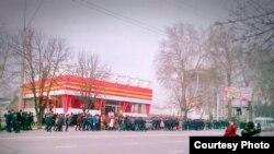Таджикские школьники и студенты готовятся к визиту Шавката Мирзияева в Душанбе, 3 марта 2018 года.