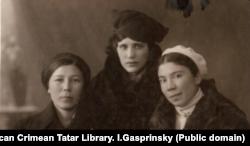 Джеваире с подругами во время учебы в Крымском педагогическом институте