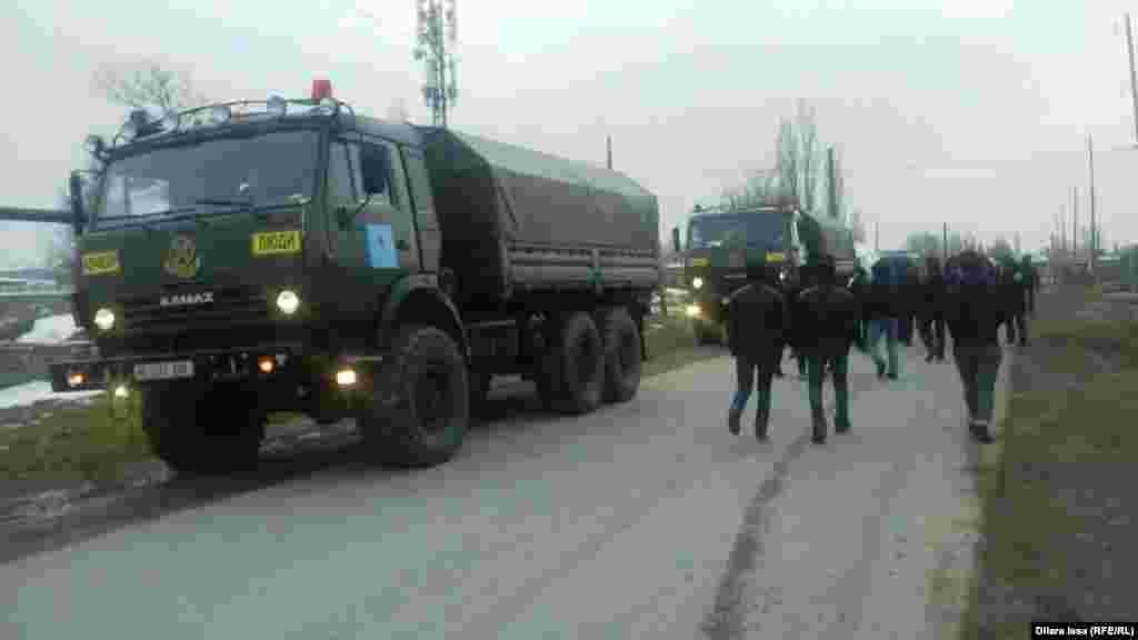 Военные машины на улице села.