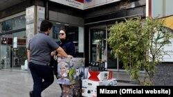 Tehranda gənc cütlük məişət əşyaları marketində