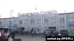 Кыргызстандын ири базарларында да кытайлыктардын саны кыйла арбыганы айтылууда. (Сүрөттө: Кара-Суудагы Туратали базары.)