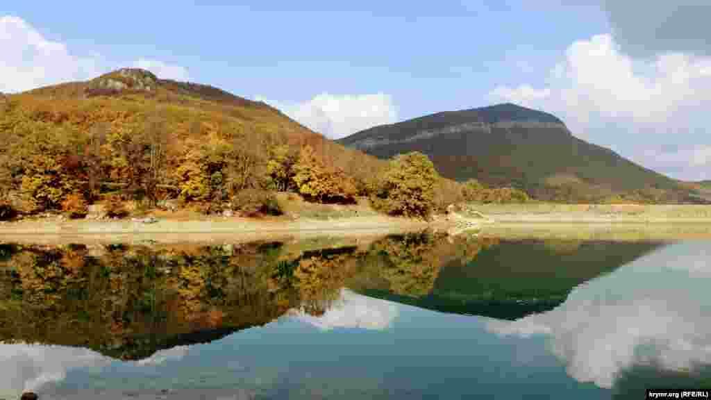 На південному сході Бахчисарайського району в глибині другої гряди Кримських гір розташовується маленьке село Багата Ущелина. Головна визначна пам'ятка села – озеро