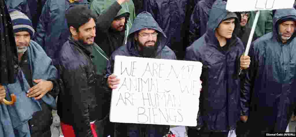 """""""Ние не сме животни, ние сме човечки суштества"""", стои на еден транспарент."""