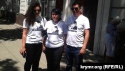 Семья Умеровых возле здания суда, 31 мая 2017