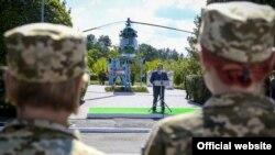 Украина президенти Петро Порошенко жоокерлердин астында сүйлөп жатат