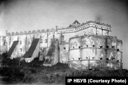 Замок у селищі Меджибіж на Хмельниччині. Фото Павла Жолтовського 1930 року. (ІР НБУВ. Фото надане А. Парамоновим)