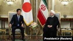 Kryeminstri i Japonisë, Shinzo Abe dhe presidenti i Iranit, Hassan Rohani, gjatë takimit në Teheran, më 12 qershor.