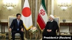 حسن روحانی رئیس جمهور ایران (راست) حین ملاقات با شینزو آبه صدراعظم جاپان در تهران. June 12, 2019