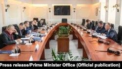 Ekipi negociator i Kosovës gjatë një takimi me presidentin, kryeparlamentarin dhe kryeministrin e Kosovës. Fotografi nga arkivi.