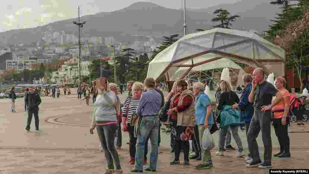 На площади Ленина появилась очередная группа туристов