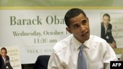 باراک اوباما به هنگام امضای کتاب خود «جسارت برای اميد»