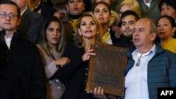Henin Anjez u palači Quemado u La Pazu, nakon što se na sednici Kongresa 12. novembra 2019. godine proglasila privremenim predsednikom Bolivije