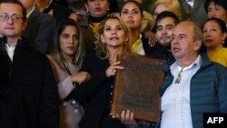 جینین آنییز (نفر وسط) با کتاب مقدس در دست