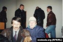 Невядомыя асобы, якія прыйшлі ў Авальную залю ў 23 гадзіны 11 красавіка 1995 г. На першым пляне — Лявонці Зданевіч і Лявон Баршчэўскі. Фота Лявона Дзейкі.
