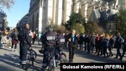 Полицейские, обеспечивающие безопасность рядом собором Нотр-Дам в день проведения поминальной литургии. Париж, 15 ноября 2015 года.
