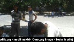 Группа наёмных рабочих возле отделения внутренних дел Алмазарского района ожидает своей депортации из столицы.