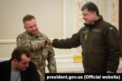 Президент Петро Порошенко під час нагородження Сергія Коротких, якому він надав українське громадянство ще 2014 року