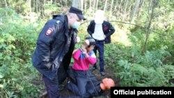Зухриддин Буриев показывает следователям, как убивал 60-летнюю женщину. Ленинградская область, 19 сентября 2018 года.