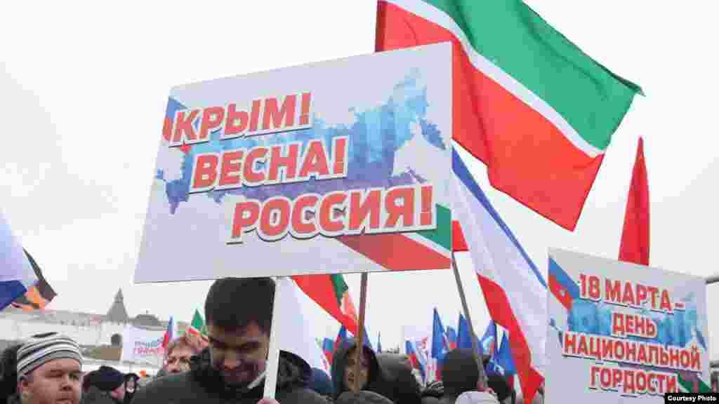 Учасники мітингу тримали в руках таблички з гаслами «Крим! Весна! Росія!»