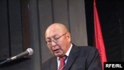 Эмилбек Каптагаев Элдик курултайда сөз сүйлөөдө. Бишкек, 2008-жылдын 29-ноябры.