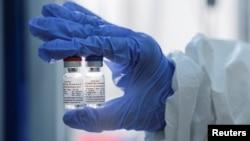 """Рускиот фонд за директни инвестиции покажа примероци на вакцина против кковид-19 изработена од Институтот за истражување за епидемиологија и микробиологија """"Гамалеја"""", во Москва, Русија на 6 август 2020 година"""