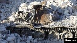 Подбитый танк сирийской армии на подступах к городу Алеппо