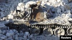Uništeni tenk sirijske armije u blizini Alepa, avgust 2012.