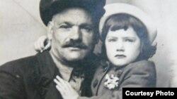 Эсфирь с приемным отцом