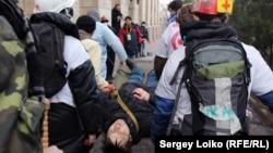 Волонтери несуть тіло одного з учасників протестів, убитого в центрі Києва 20 лютого 2014 року