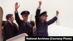 توماس شیفر (نفر اول از راست) دقایقی پیش از پیاده شدن از هواپیما، در بازگشت به آمریکا در بهمن ۵۹