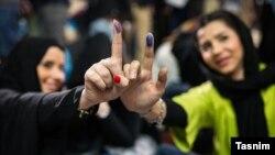 Женщины показывают свои пальцы во время голосования на выборах в парламент Ирана. Тегеран, 26 февраля 2016 года.