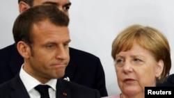 Архивска фотографија- францускиот претседател Емануел Макрон и германската канцеларка Ангела Меркел на самитот на Г20 во Осака минатата година