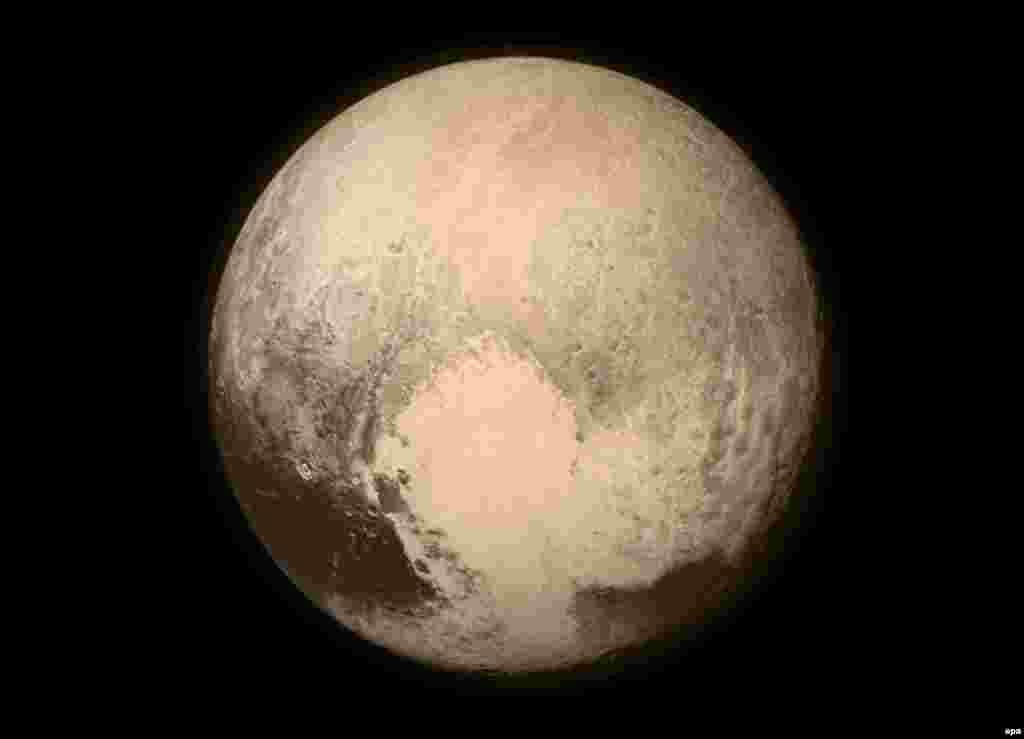 Плутон почти заполнил кадр снимка, сделанного космическим аппаратомNew Horizons, 13 июля 2015 года.