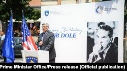 Ambasadori Kosnett flet gjatë ceremonisë së vënies së gurthemelit për bustin e senatorit Dole.