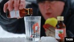 Иллюстрационное фото: мужчина в Иваново наливает в стакан настойку «Боярышника», 19 декабря 2016 года