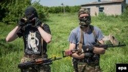 Проросійські бойовики біля блокпосту в Слов'янську, 14 травня 2014 року