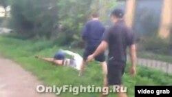 Скриншот видео, размещенного в VKontakte, показывает, как четверо мужчин нападают на транссексуала.